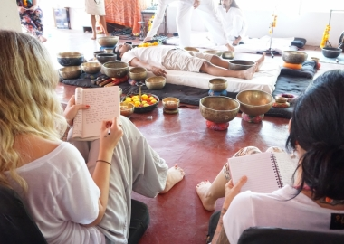 sound bath therpay with seven chakra tibetan singing bowls